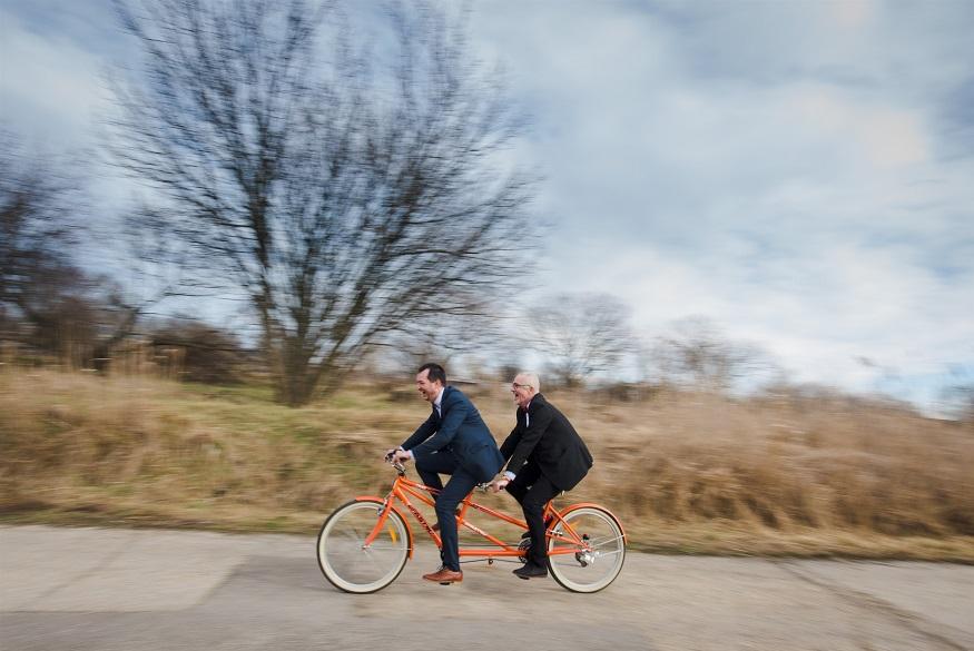 Ceremóniamesterek lendületben a tandem kerékpáron